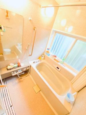 窓付き1坪サイズの浴室。浴室乾燥機付き。