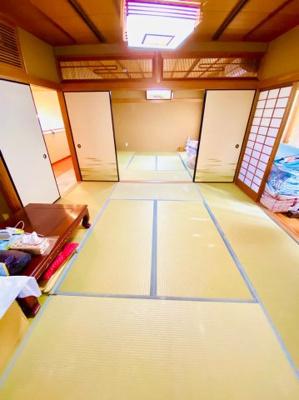 2階和室。8帖2間。縁側もあるので想像以上に広く旅館のような雰囲気です。大人数での宴会も可能ですよ。