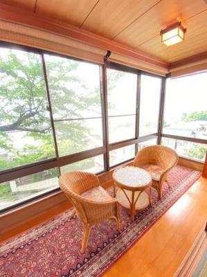 2階和室横の縁側。桜の木が目の前なので春は満開の桜が見所です。