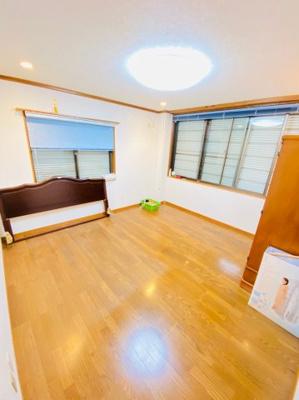 8帖の洋室。2面に窓があるので風通し良好です。