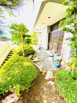 1階玄関口から庭にかけて植栽もあります。