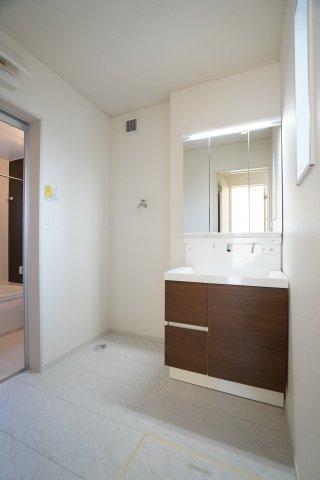 床下収納のある洗面所です。1階、2階と2つ洗面台があり嬉しいですね♪
