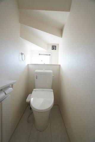 階段下を上手に利用したトイレは窓もあり明るいですね。