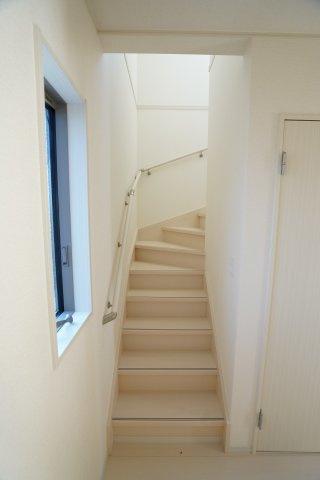 階段の前に採光のとれる窓があります。階段は手すりがあり安心ですね。