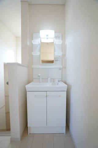 2階にも洗面台があるので便利ですね。歯磨きもお化粧もできますよ。