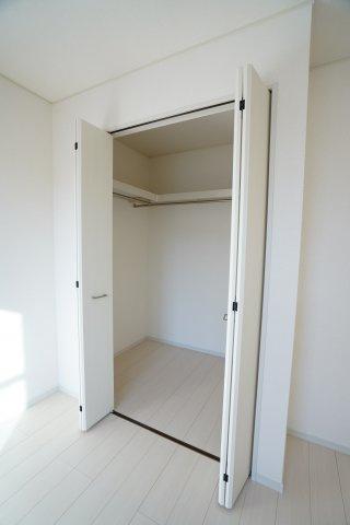 棚とパイプがついているので、バッグや帽子、スーツなどもすぐに収納できますよ。