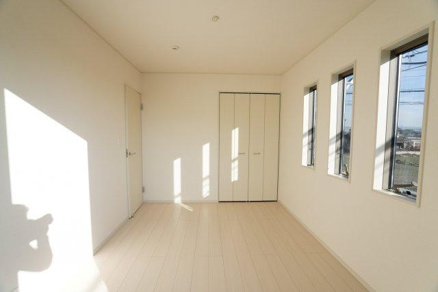 クローゼットが埋め込み式なのでお部屋がすっきりと片付きますね。
