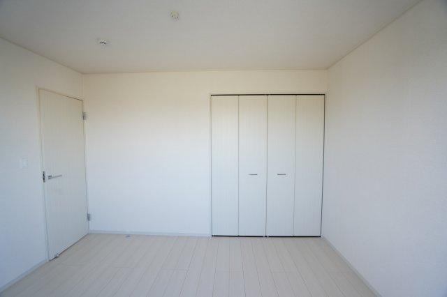 6帖の子供部屋にどんなベッドと机を置きますか。考えるのも楽しいですね。シンプルでおしゃれな部屋なので大人になっても長く愛せるお部屋になりそうですね。