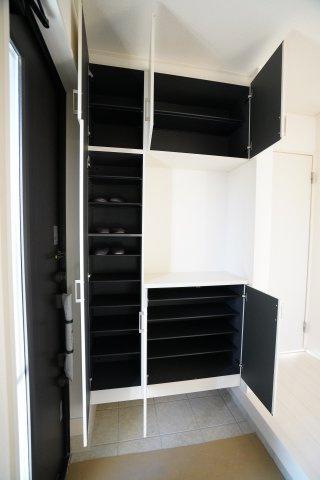 玄関収納はたくさん靴が収納できますよ。