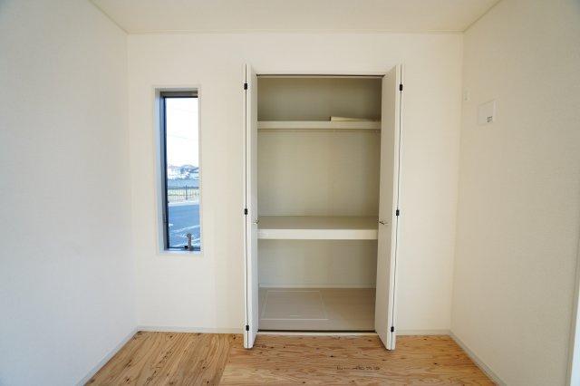収納スペース横の窓から採光がとれます。おしゃれな部屋になりますね。