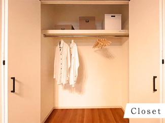 ハンガーパイプと空間を無駄にしない枕棚を設置。沢山収納できます♪
