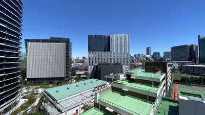 バルコニーの先に広がる眺望。天気のいい日に窓を開けると、青空との一体感が得られる!