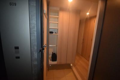 それではお部屋をご案内させていただきます。お部屋は6階 角部屋です