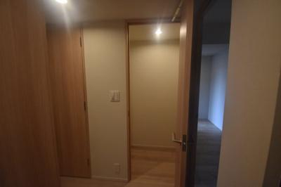 玄関横に大きな収納がございます。
