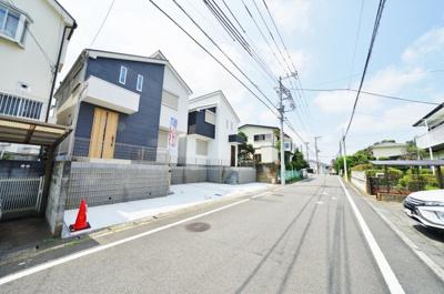 見通しがよくゆとりのある前面道路。幅員は約6.5m。お車の出し入れもスムーズです。