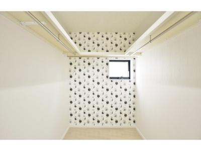 【当社施工例】 収納力豊富なウォークインクローゼットはお部屋にも玄関にも様々な場所に採用できます。