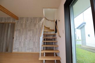 おしゃれなデザインの階段となっております♪