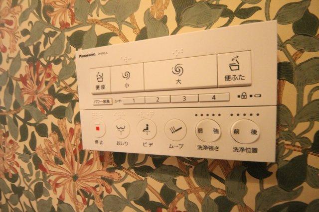 トイレのリモコンもデザイン性が高く、壁紙の美しさを邪魔しません
