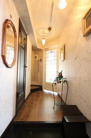 玄関を入ったときから英国のアパートメントのような雰囲気 玄関ホールの照明器具にもこだわっています