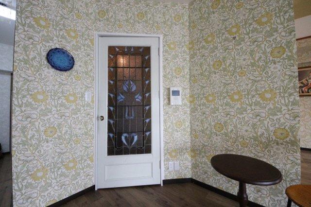 ウィリアムモリスの輸入壁紙と、英国製ステンドグラスをつかったドアなど美しい内装が自慢のお部屋です