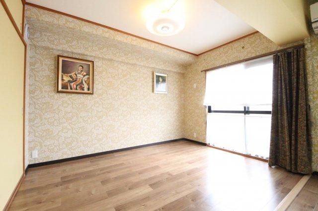 南向きバルコニーに面したLDKと両側のお部屋をひとつの空間にしています。 再度個室にリフォームすることも可能です