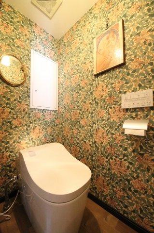 ウィリアムモリスらしい豪華な花柄の壁紙をトイレの空間にたっぷり使いました タンクレスのトイレで、スキマレス設計でお掃除がしやすい機種