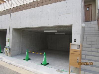 電動シャッター付き掘り込み車庫2台分付き、天井高2.2メートル、宅配ボックス付き