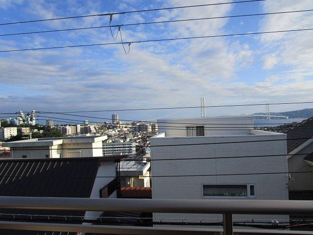 2階ベランダからの眺望、明石大橋と淡路島が望めます。