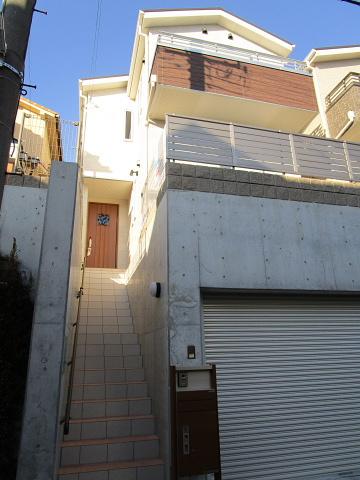 電動シャッター付き掘り込みガレージ天井高2.2m、宅配ボックス付き機能門柱