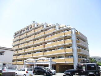 管理の行き届いたきれいなマンション。敷地内駐車場確保済みなのも嬉しいポイントですね♪