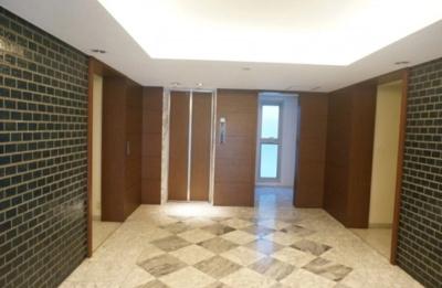 白金ハイツのエントランスです。 エレベーターもあります。
