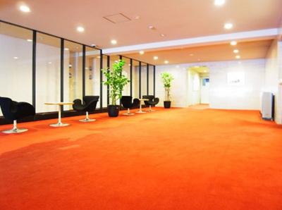 ヴィラ赤坂のエントランスです。 高級感たっぷりの真っ赤な絨毯がお出迎えしてくれます。