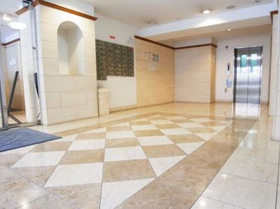 デュオ・スカーラ赤坂Ⅱのエントランスです。 奥にエレベーターがあります。