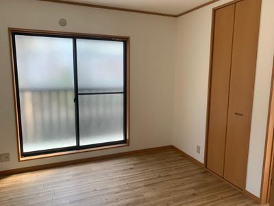 2F洋室6帖 東側にはバルコニーに面した掃き出し窓があり通風採光は良好です