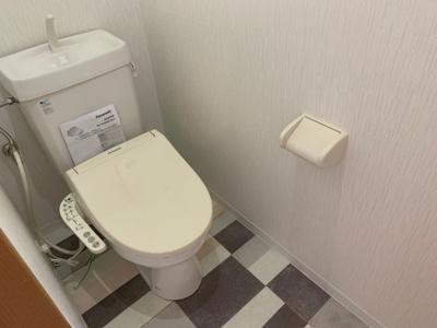 温水洗浄機能付き便座を備えたトイレ