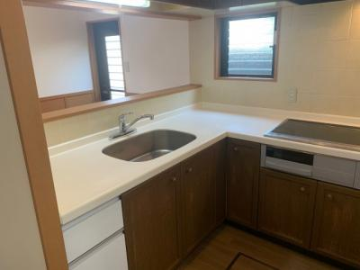 作業スペースを広くとれるL字型キッチン。 調理の際の動線が非常に短く、非常に使い勝手が良いです