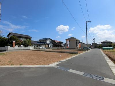 分譲地全体像です。団地内道路は通り抜けが可能な5mを確保し、車のすれ違いもストレスなく行えます。