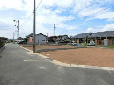 団地東側より撮影。区画内の境界ブロック+フェンス施工済みです。