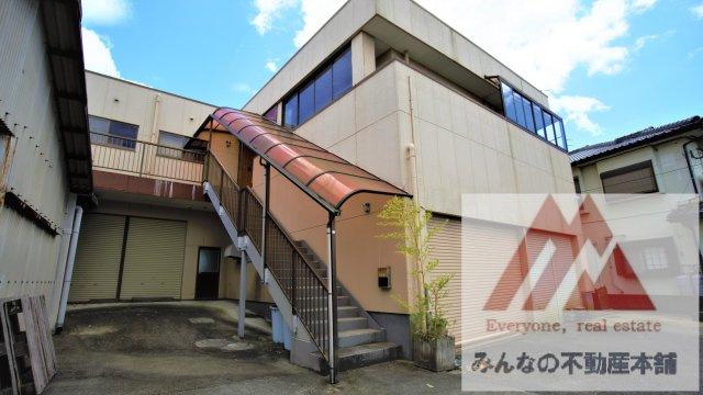 建物北側には2階への階段がございます。