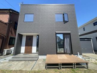 シックなモダンテイストの住宅。こだわりの住宅とガレージを行き来する素敵なマイホームライフを実現できます。