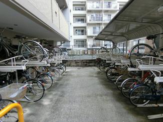 駐輪場は屋根があり雨から守ってくれます。 さらに無償で利用できます♪