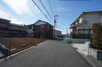 前面道路は幅員約6メートルと広く、駐車もラクラクです。