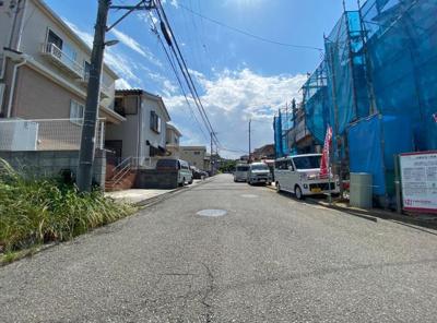 幅は6mとゆったりとした道路です。車通りも少ない穏やかで閑静な住宅地。車の出し入れもゆとりをもって行えます。