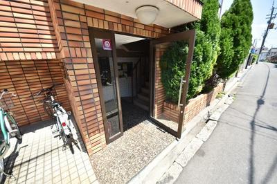 【エントランス】近畿大学まで自転車で約3分!