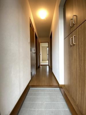 玄関から室内への景観です!右手に洋室5.1帖のお部屋、左手にトイレ、ダイニングキッチンがあります★