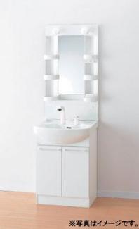 洗面台自体が広く、コンセントや収納スペースが付いており、ドライヤーや整髪剤などを出しっぱなしにできます。大きな鏡がついているので、身支度しやすく女性に人気の設備です。