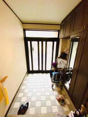 1階玄関。広い間口で解放感があります。