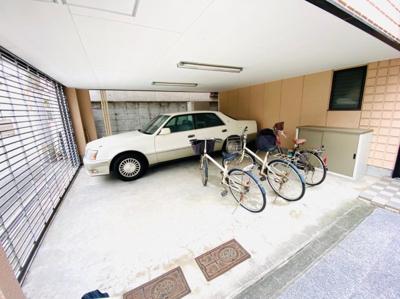 電動シャッター付き車庫。広々2台駐車可能。ハイルーフ車入庫OK。