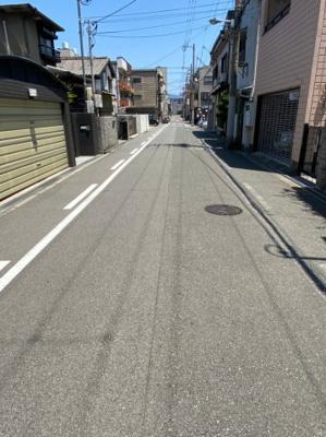 前面道路は幅の広い市道です。