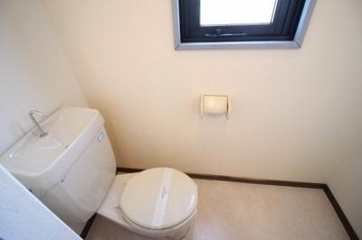 窓付きのトイレ